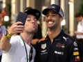 ABU DHABI, UNITED ARAB EMIRATES - NOVEMBER 23: Daniel Ricciardo of Australia and Red Bull Racing (R) takes a selfie with cycling legend Mark Cavendish after practice for the Abu Dhabi Formula One Grand Prix at Yas Marina Circuit on November 23, 2018 in Abu Dhabi, United Arab Emirates.  (Photo by Charles Coates/Getty Images)