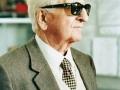 - 85° Compleanno di Enzo Ferrari - Ricorrenza festeggiata in Fabbrica con la presenza di tutti i dipendenti. - Per l'occasione Ferrari consegna a tutti una medaglia ricordo per i suoi 60 anni di lavoro.