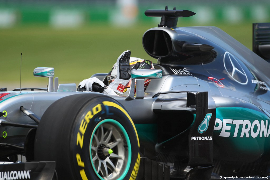 10.06.2016 - Free Practice 1, Lewis Hamilton (GBR) Mercedes AMG F1 W07 Hybrid waves to the fans