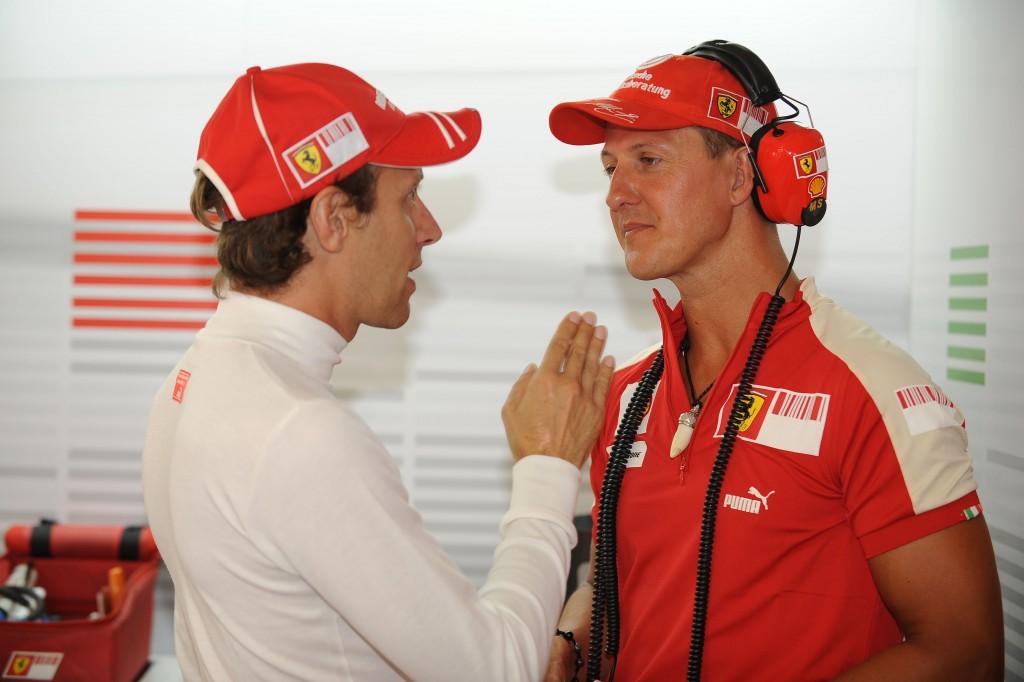 2009, Gp Europa F1 | Luca Badoer a colloquio nel box Ferrari con Michael Schumacher